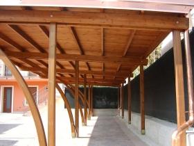 Carport in legno per auto con tegole in resina