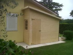 Casetta in legno addossata su misura
