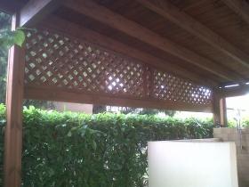 Grigliati frangivista in legno timpano pergola