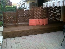 Recinzione arredo esterno con divano su misura