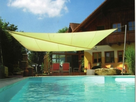 Tenda a vela da sole con telecomando su piscina
