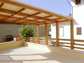 Porticato in legno e pvc fisso con recinzione