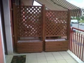 Fioriere e grigliati in legno su balcone
