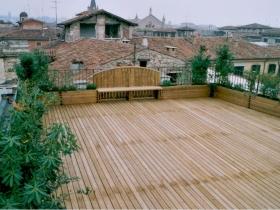 Pavimentazione in legno di pino su terrazzo