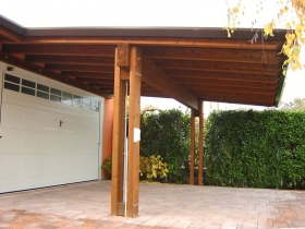 Tettoia in legno lamellare fronte garage