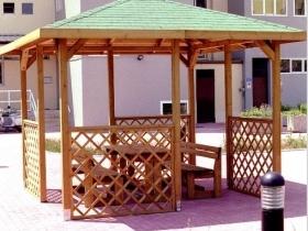 Gazebo in legno a copertura fissa in condominio
